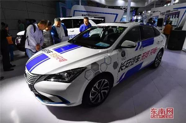 5号馆展示的可进行无线充电的电动汽车