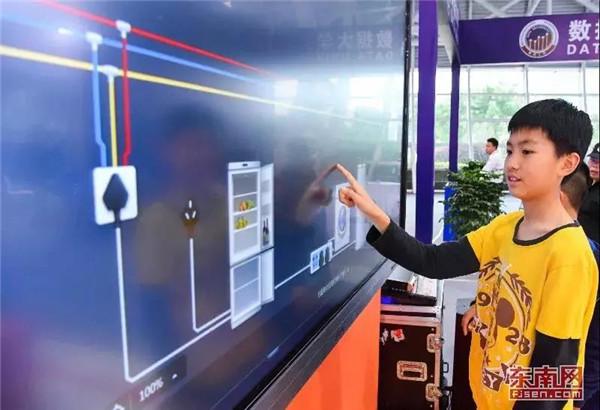10号馆展示的乐步教育NOBOOK虚拟实验教学软件