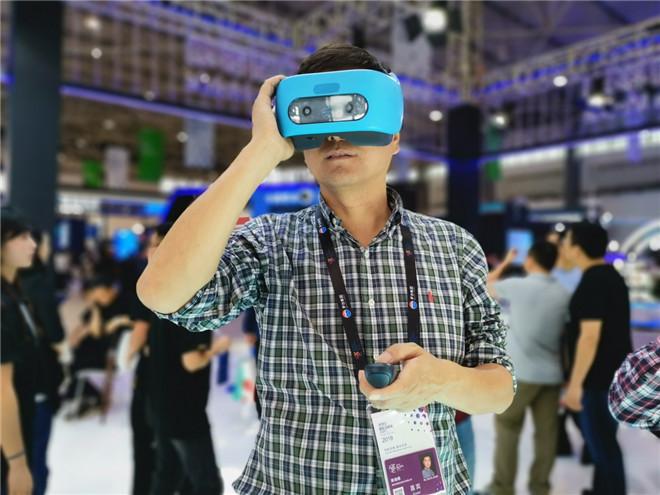 参会者在数博会展馆体验VR设备 董贤武/摄